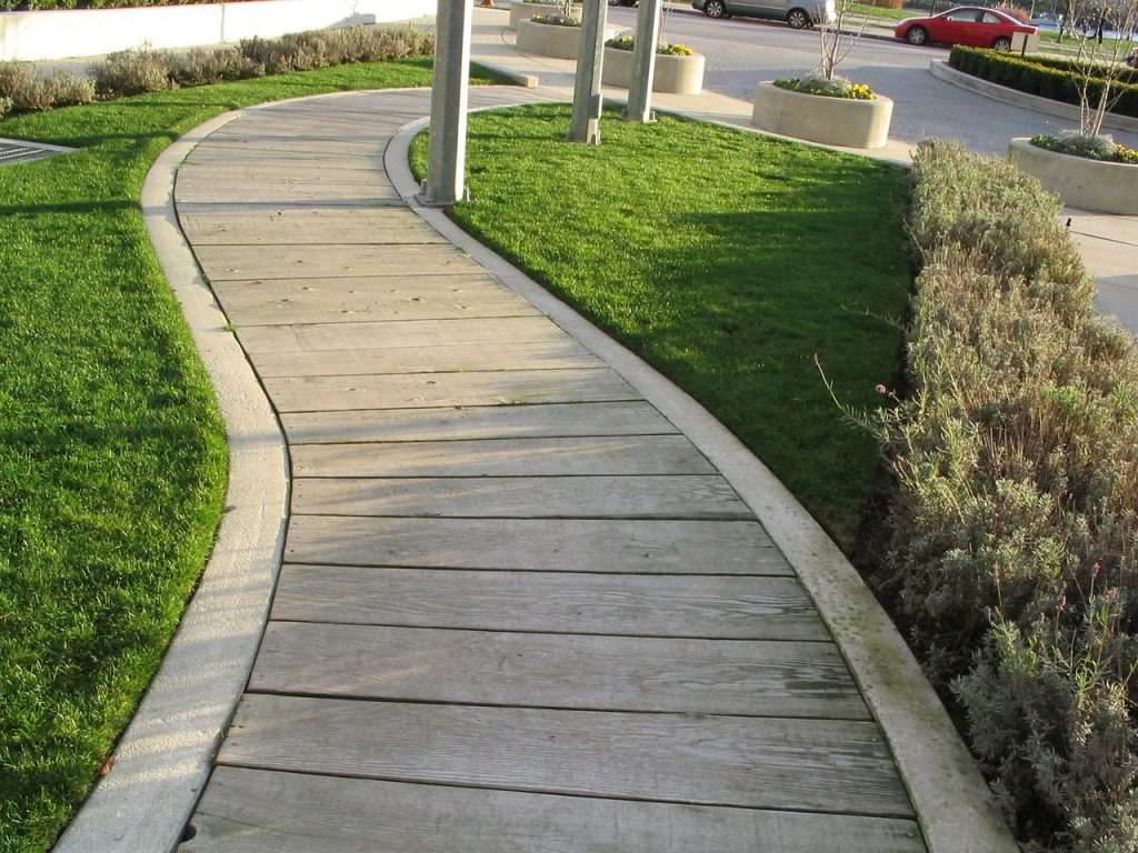 Interesujące rozwiązania chodnikowe – tworzenie ścieżek łukowych