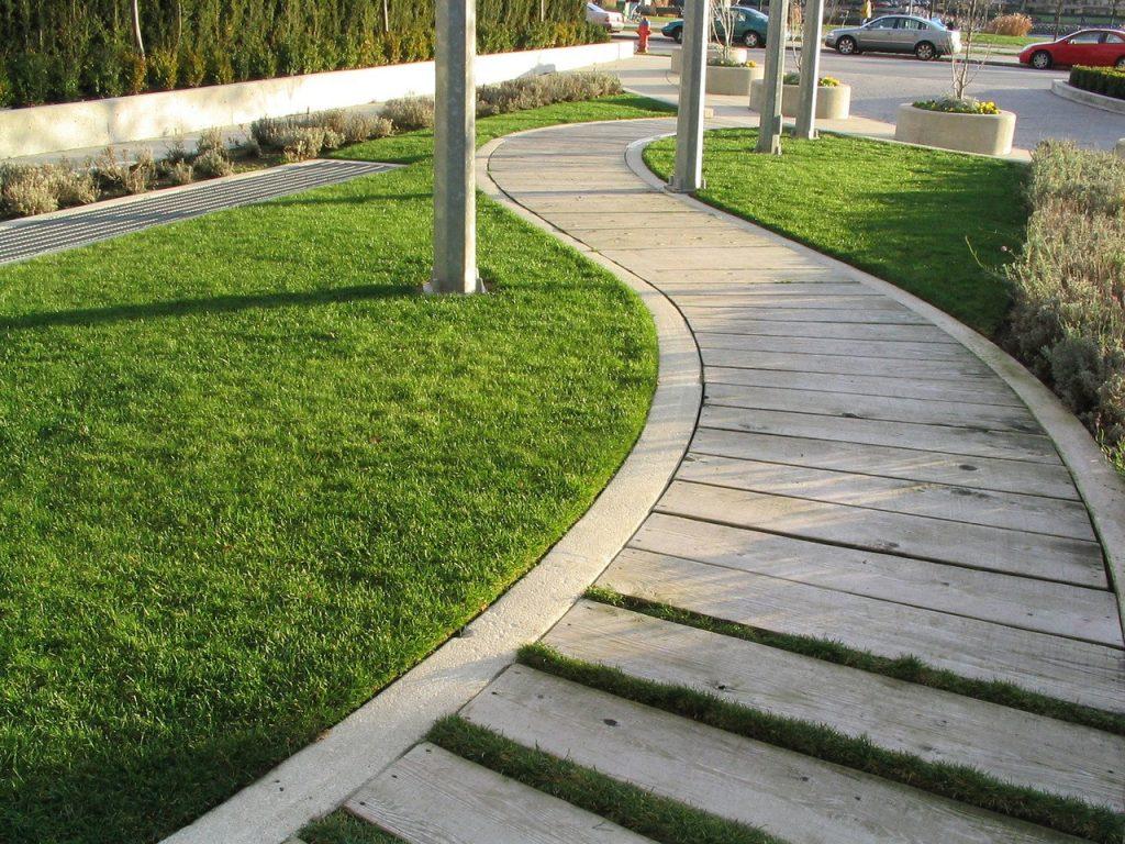 Nowoczesne rozwiązania do aranżacji ogrodu – schody z palisady