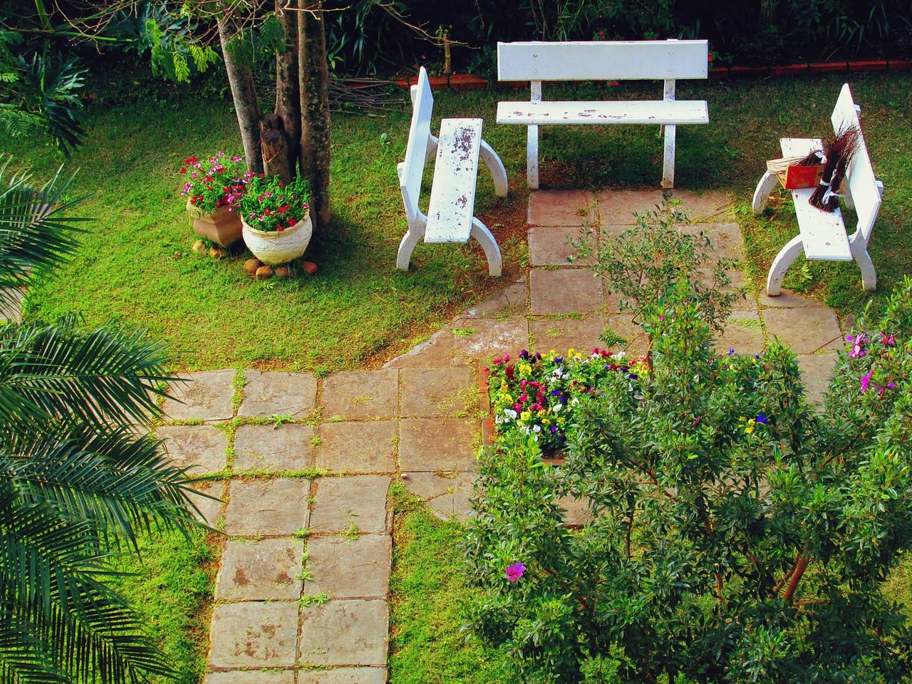 Tarasy i balkony w ogrodzie – porady aranżacyjne